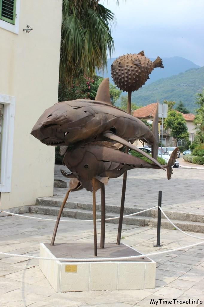 Скульптура рыб из металла