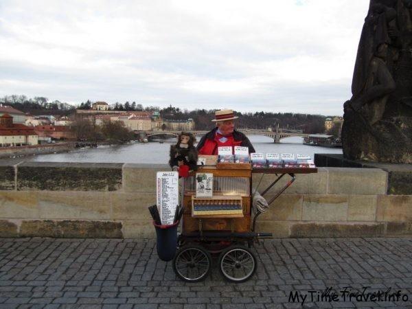 Шарманщик на Карловом мосту в Праге