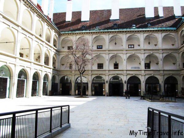 Высшая школа верховой езды в Вене