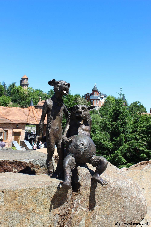 Скульптура волков