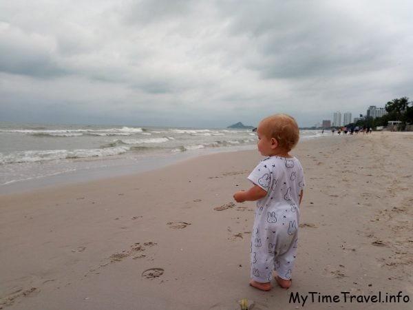 Малыш смотрит на море