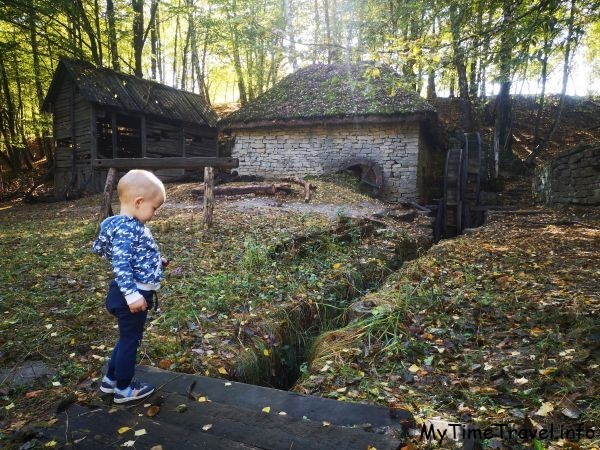 Ребенок на фоне водяной мельницы
