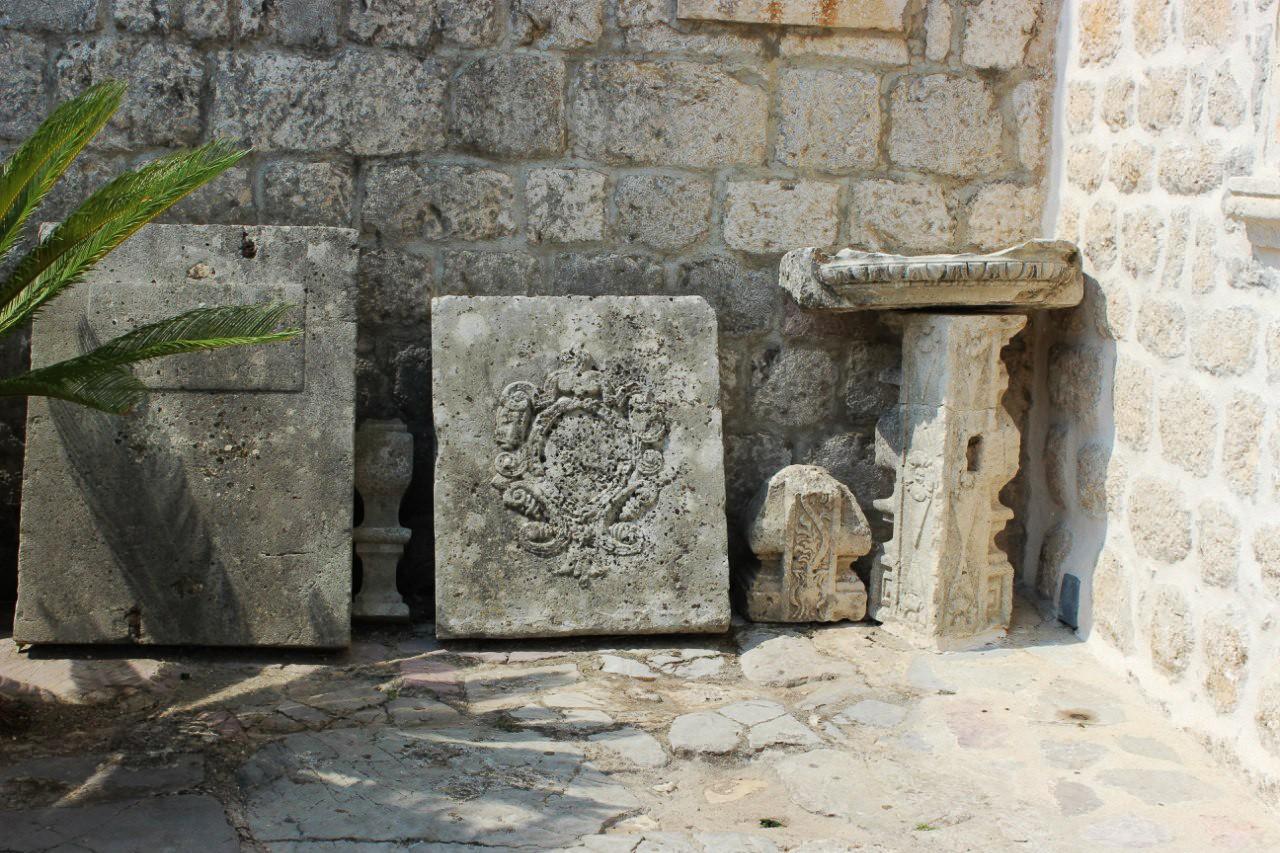 Церковь-Остров Богородица на утесе в Черногории