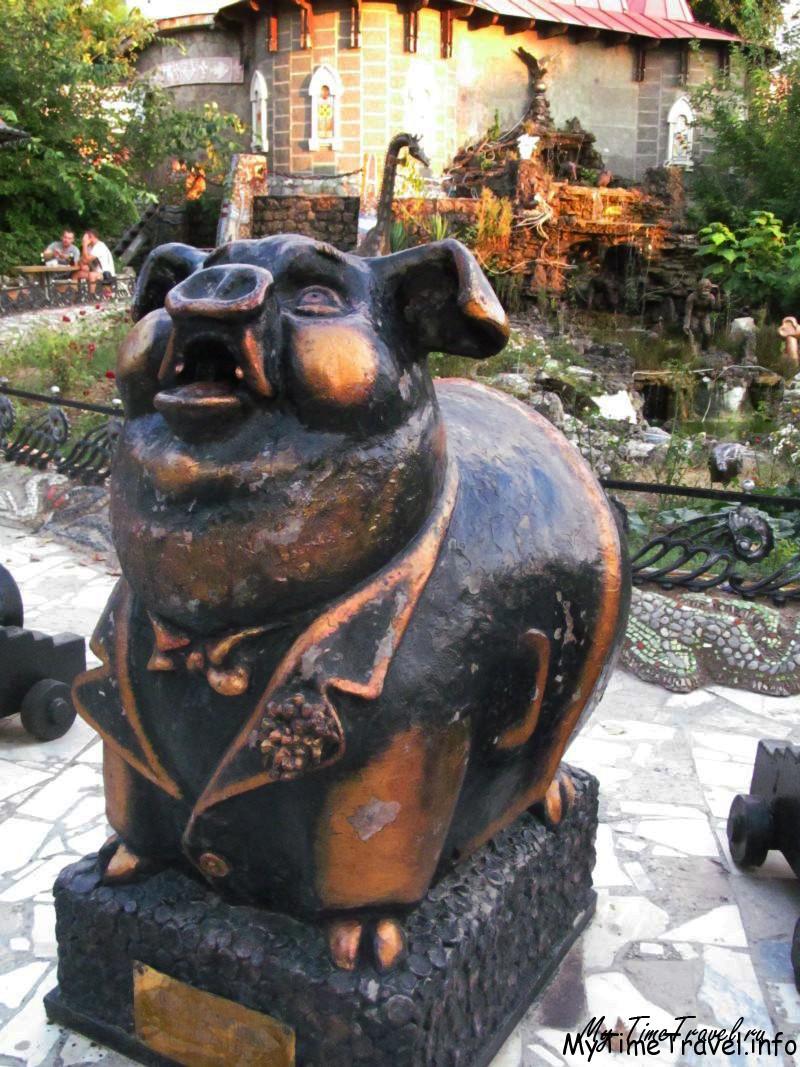 Скульптура свиньи