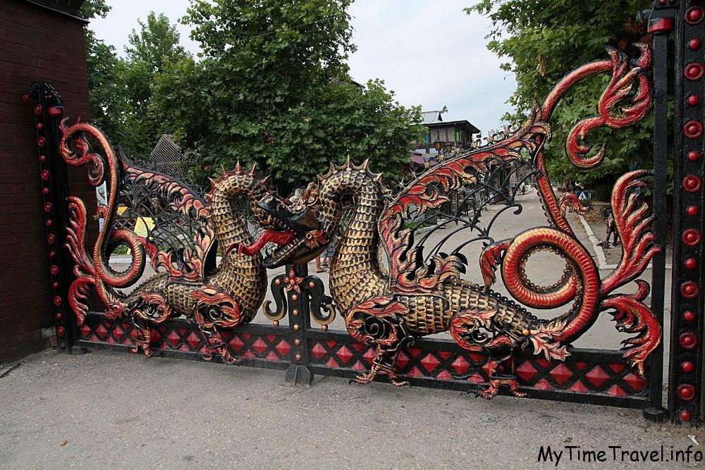 Главные ворота парка Лукоморье