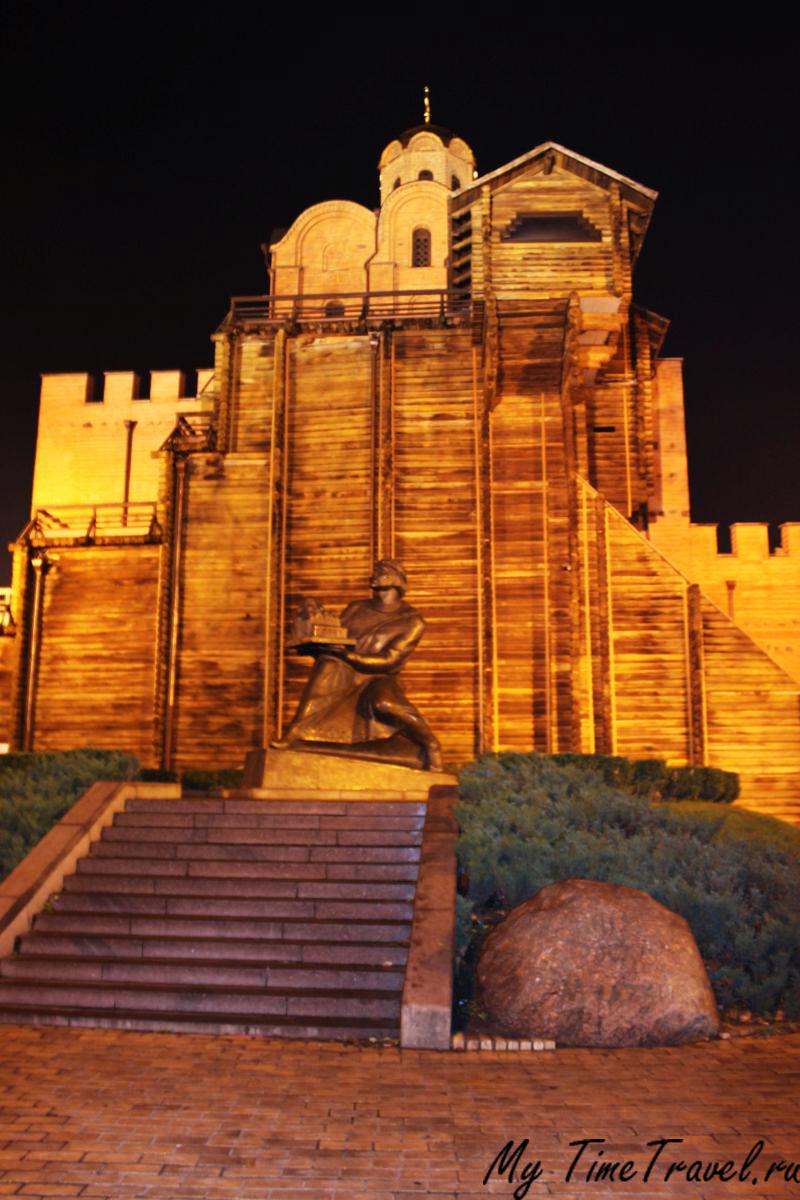 Памятник Ярославу Мудрому на фоне Золотых ворот