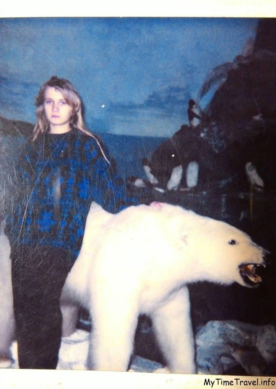 Девушка с белым медведем
